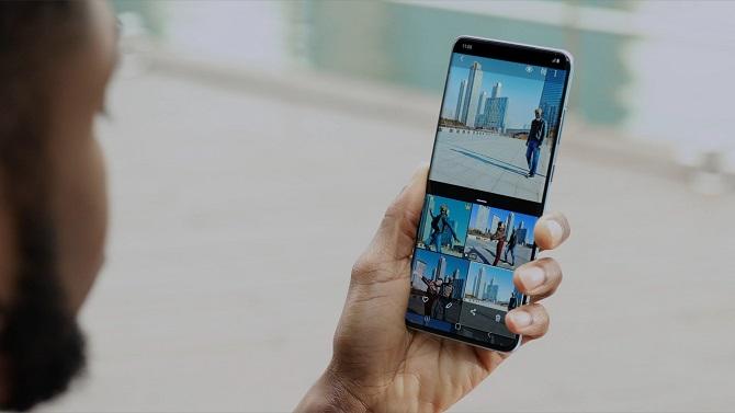 hombre sosteniendo el smartphone Galaxy S20