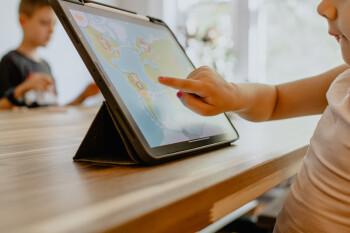 """Los expertos dicen que los niños enfrentan un """"retiro épico"""" desde dispositivos y pantallas"""