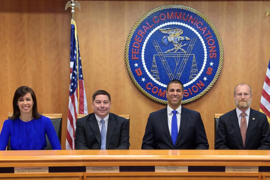 FCC alrededor de 2017 cuando se eliminó la neutralidad de la red.  La actual presidenta interina Jessica Rosenworcel está a la izquierda: AT&T dio información engañosa la semana pasada sobre su manejo de la ley de neutralidad de la red de California.