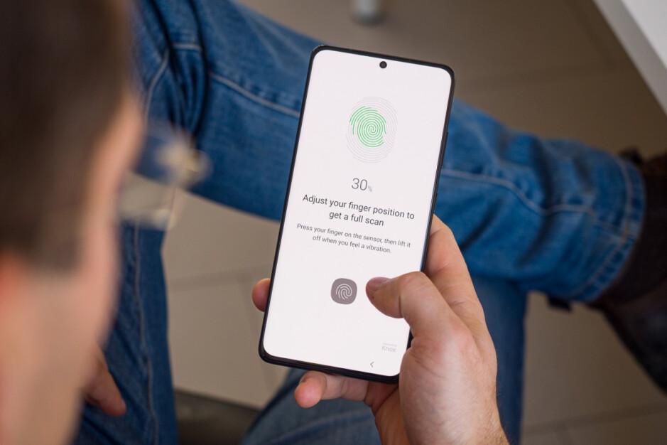El Galaxy S21 Ultra es solo uno de los muchos dispositivos Android que tienen un escáner de huellas dactilares debajo de la pantalla en la actualidad: es probable que toda la familia de iPhone 13 de Apple traiga una característica muy esperada al mercado.