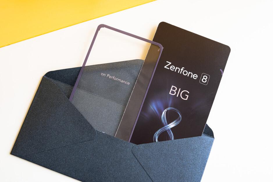 Asus se burla del compacto pero poderoso Zenfone 8 con una linda invitación