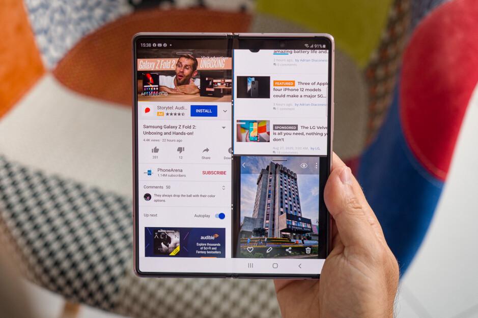 Comparado con un iPad, el Samsung Galaxy Z Fold 2 es pequeño, pero permite más de dos aplicaciones de pantalla dividida.  - Lista de deseos de iPadOS 15: características principales que queremos ver en el iPad