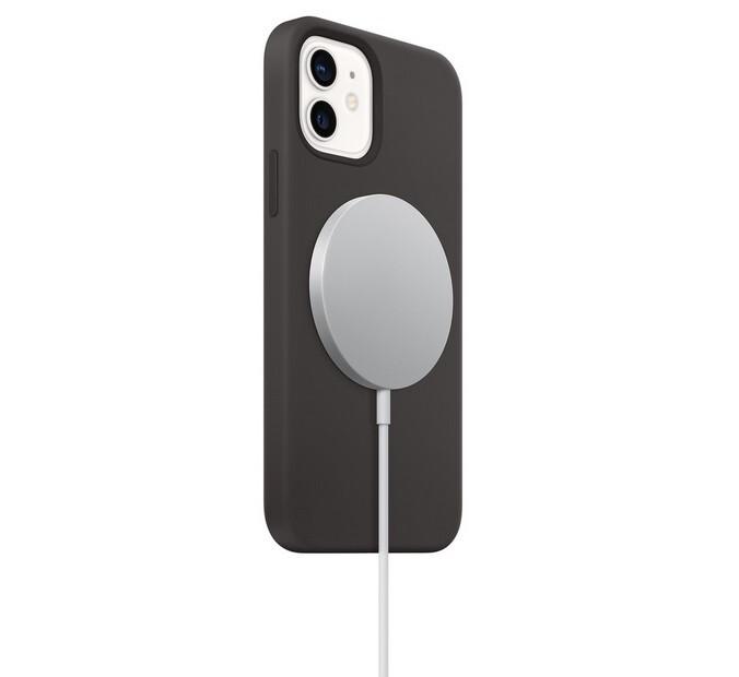 Los imanes fuertes sostienen el cargador MagSafe en la parte posterior de un iPhone 12: la FDA dice que el riesgo de que MagSafe apague su marcapasos es bajo, pero tiene algunas recomendaciones