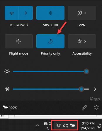Haga clic en el lado derecho de la barra de tareas debajo del icono de Wifi, sonido y batería Centro de acción