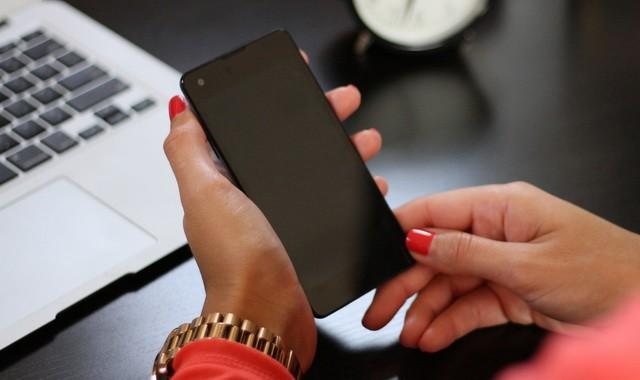 Apague su teléfono inteligente para una carga más rápida